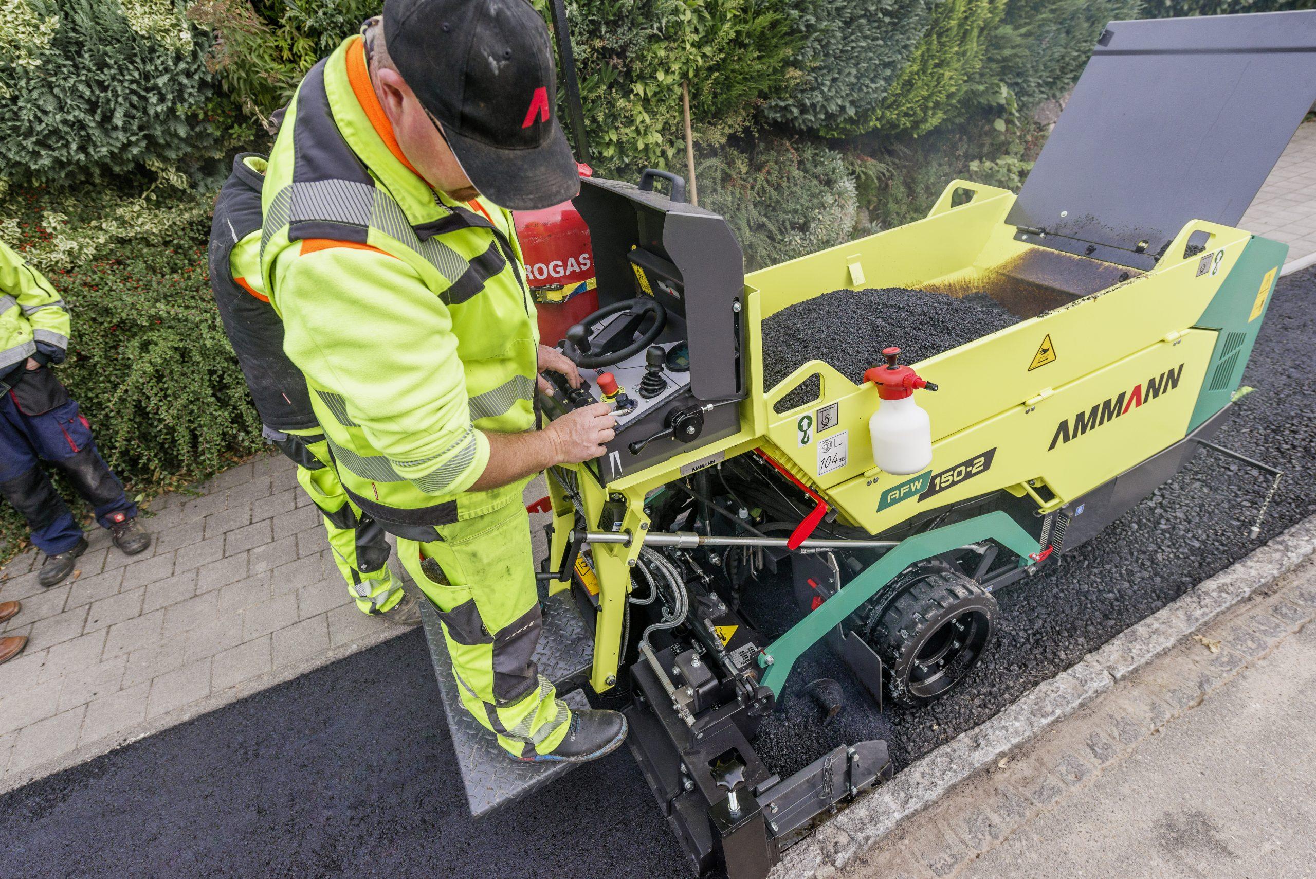 AFW 150-2 uniek in de markt. Deze veelzijdige mini is inzetbaar voor de aanleg van half verhardingen en asfalteren van fiets- en wandelpaden.